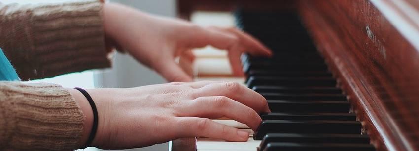 piano spelen handen