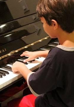 kind op een piano