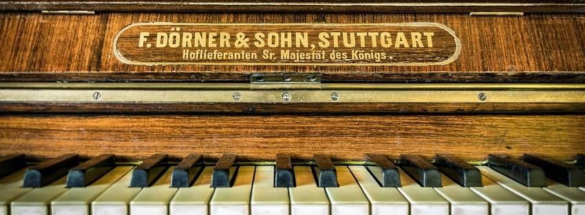 Een oudere piano