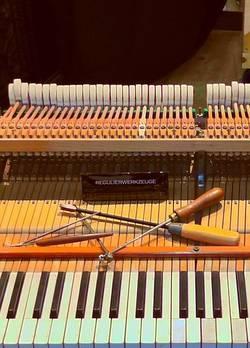 Gereedschap op piano