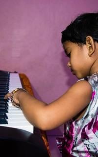 Kind op speelgoed keyboard