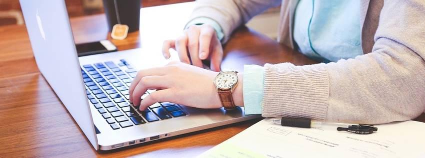 Zoeken op een laptop