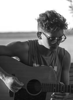 Een jongen die gitaar speelt