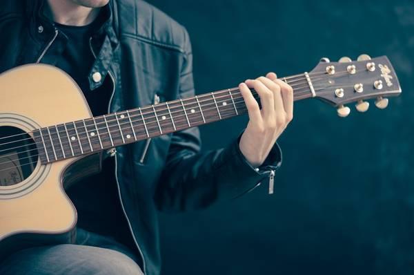man met gitaar