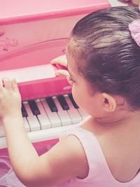 Een speelgoed piano