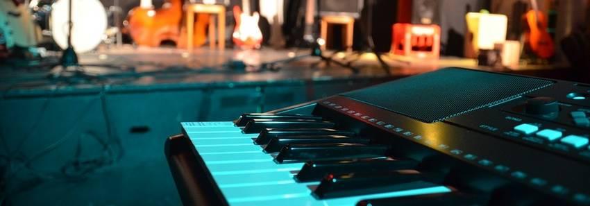 Een digitale piano die voor een podium staat