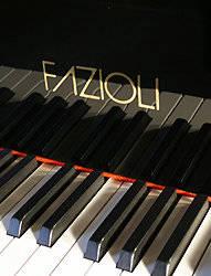 Een fazioli piano waarvan de toetsen goed te zien zijn