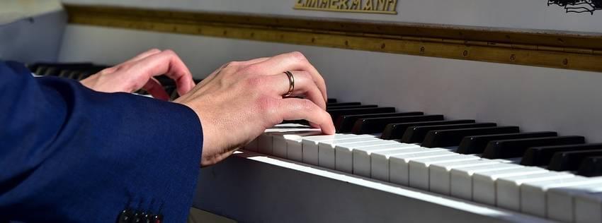 Vingers die een piano aan het bespelen zijn