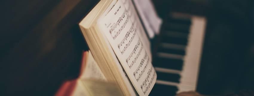 Een lesboek voor een piano die op een piano staat